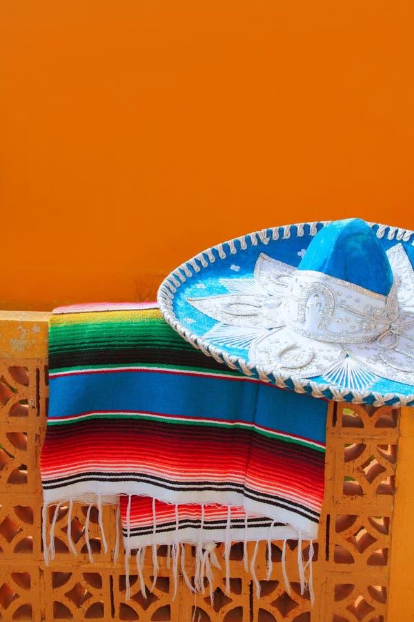 Poncho azul do serape do chapéu mexicano do mariachi de Charro fotografia de stock
