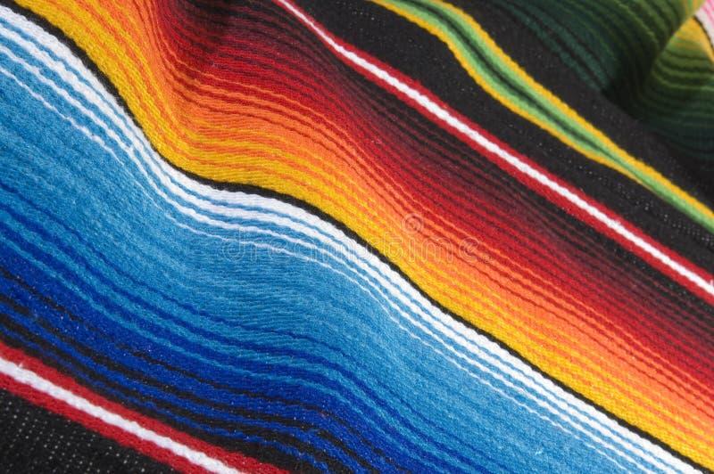 Poncho mexicano colorido imagenes de archivo