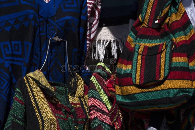 Ponchos mexicanos en venta en el mercado imagen de archivo libre de regalías
