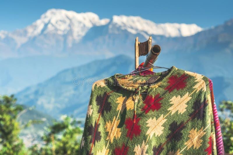 Ponchos que cuelgan delante de la montaña, Annapurna, Nepal imagenes de archivo
