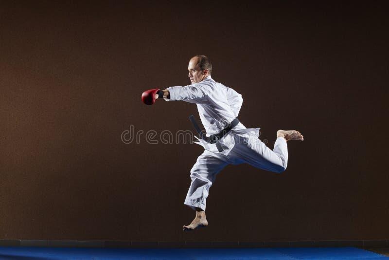 Poncz ręka atleta trenuje z czerwonymi narzutami na rękach zdjęcia royalty free