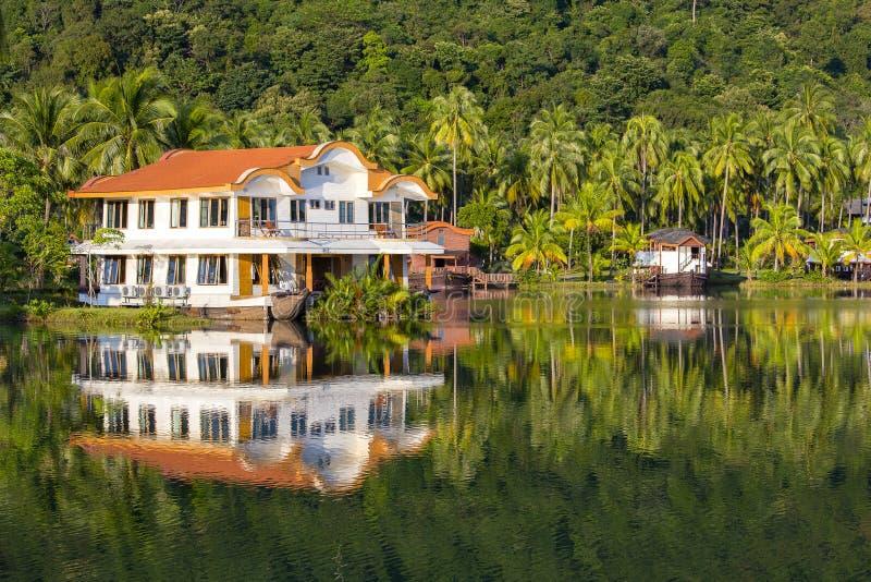Pond перед красивым местом с зелеными пальмами кокоса и водой озера в Таиланде Спокойный пейзаж, расслабляющий пляж, tropi стоковые фотографии rf
