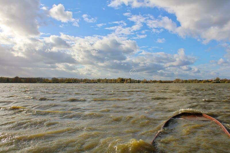 Pond com o navio afundado da onda grande e o céu nebuloso Paisagem checa imagem de stock