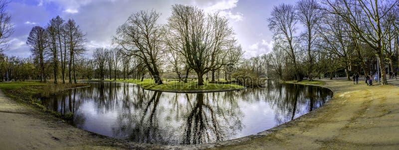 Pond a foto panorâmico da paisagem em Vondelpark, Amsterdão foto de stock royalty free