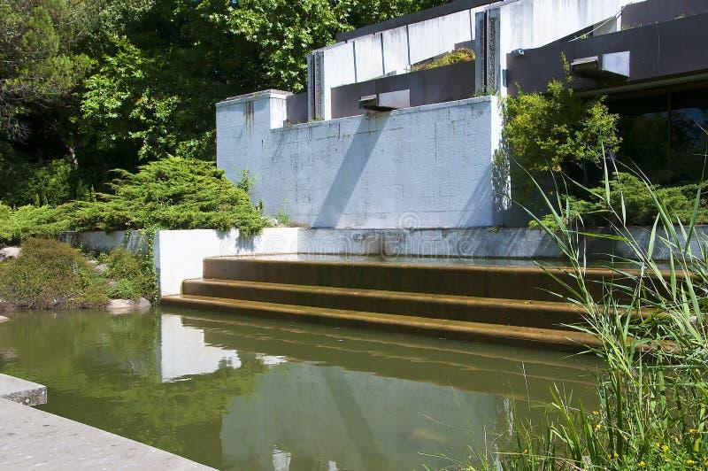 Pond no jardim do museu de Museu Calouste Gulbenkian Calouste Gulbenkian fotos de stock