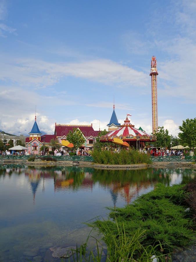 Pond no parque de diversões, reflexões da água, ajardinando foto de stock