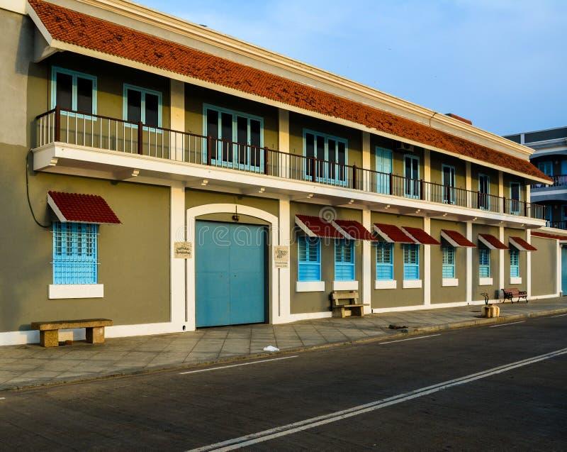Pondicherry, Índia - 30 de setembro de 2017: Imprensa do Ashram de Sri Aurobindo na estrada da praia do passeio foto de stock royalty free