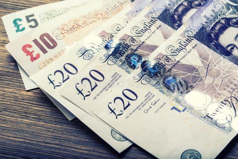 Pondmunt, geld, bankbiljet Engelse munt Britse bankbiljetten van verschillende die waarden op elkaar worden gestapeld stock afbeeldingen
