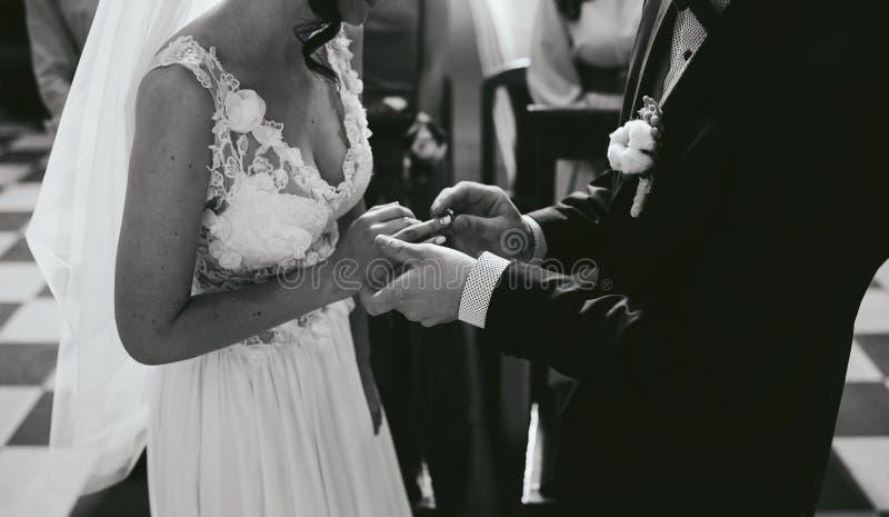 Download Pondo A Aliança De Casamento Sobre Foto de Stock - Imagem de macho, igreja: 65577248