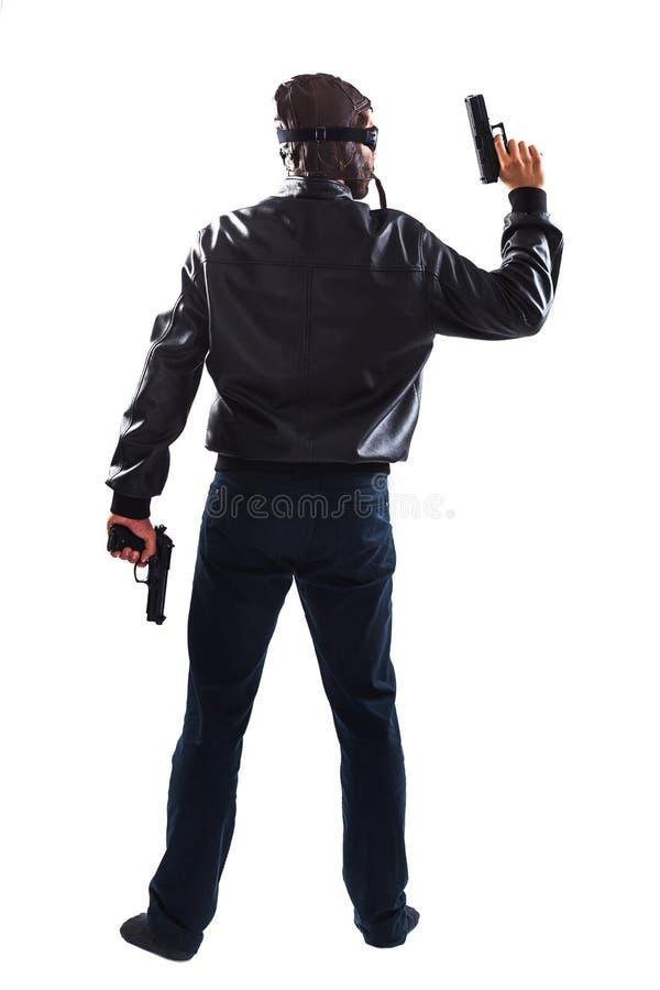 Pondo em perigo o homem que guarda armas em suas mãos fotografia de stock