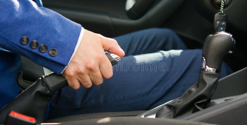 Pondo o carro sobre um handbrake, o motorista fotos de stock