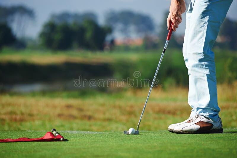 Pondo o homem do golfe imagem de stock
