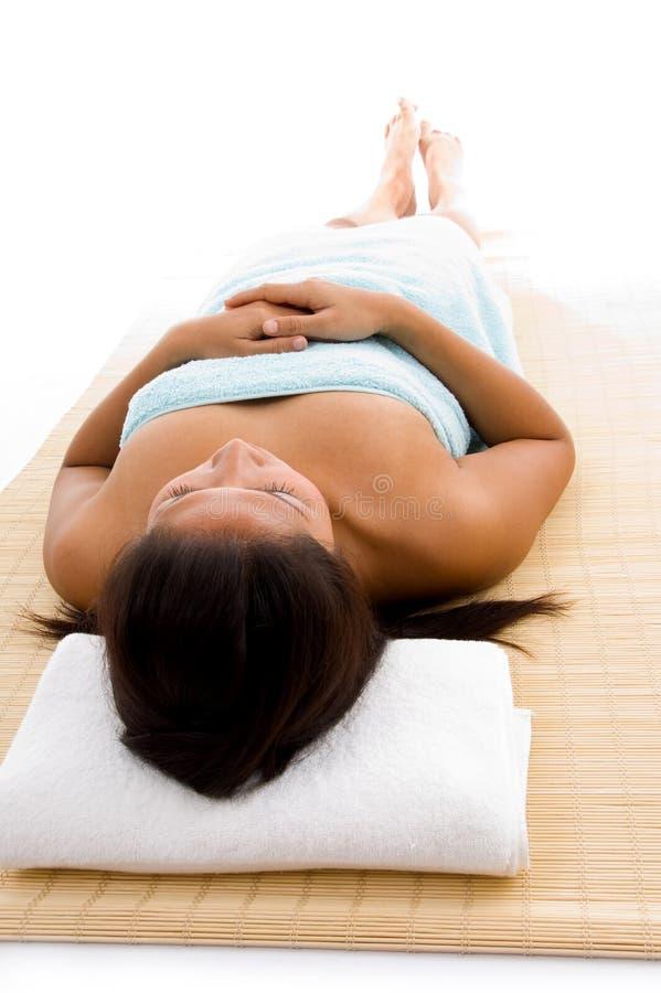 Ponendo donna pronta a catturare massaggio fotografia stock libera da diritti