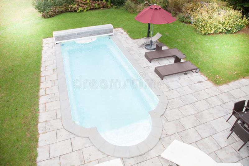 Ponendo vecchia pavimentazione intorno ad una piscina fotografia stock