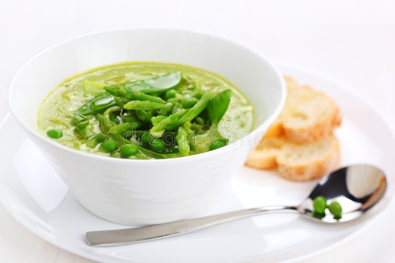 _poner crema sopa con espárrago, guisante y puerro fotografía de archivo libre de regalías