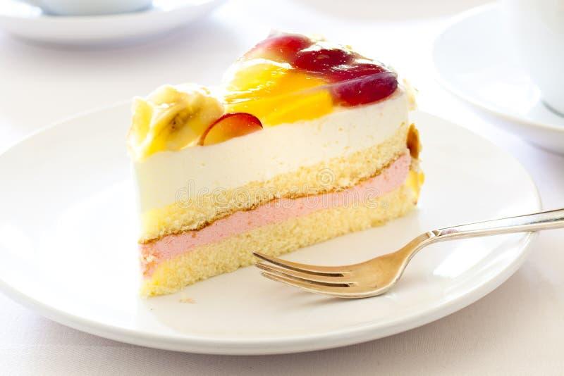 _poner crema torta con fruta fotos de archivo libres de regalías