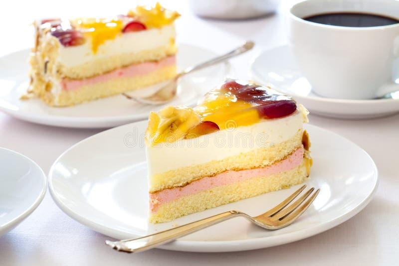 _poner crema torta con fruta foto de archivo