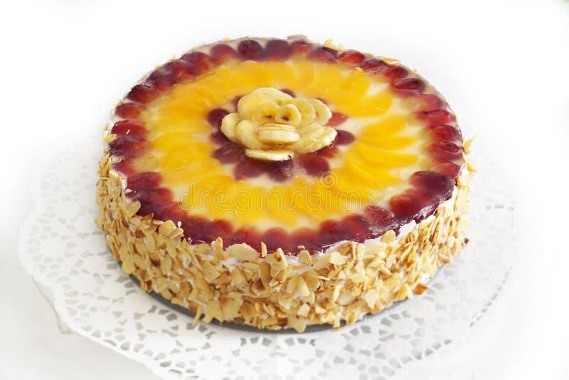 _poner crema torta con fruta imagen de archivo