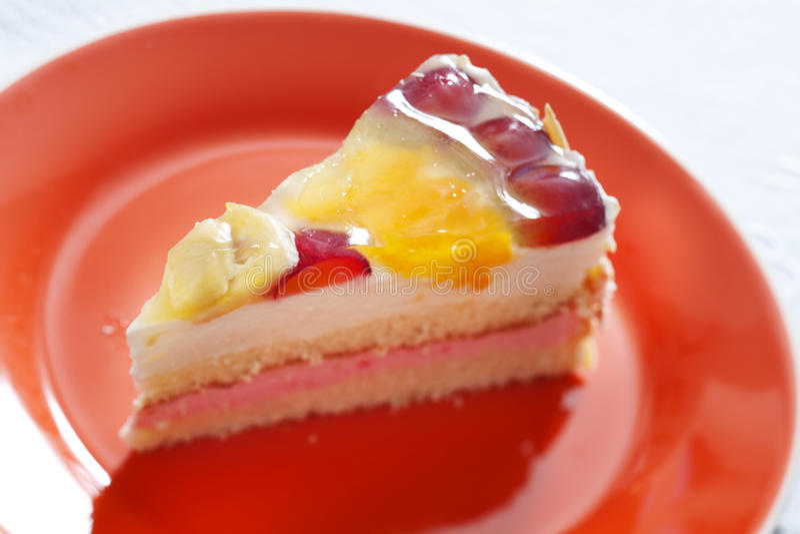 _poner crema torta con fruta imagen de archivo libre de regalías