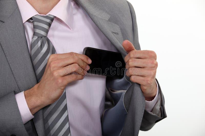 Poner el móvil en su bolsillo imagen de archivo libre de regalías