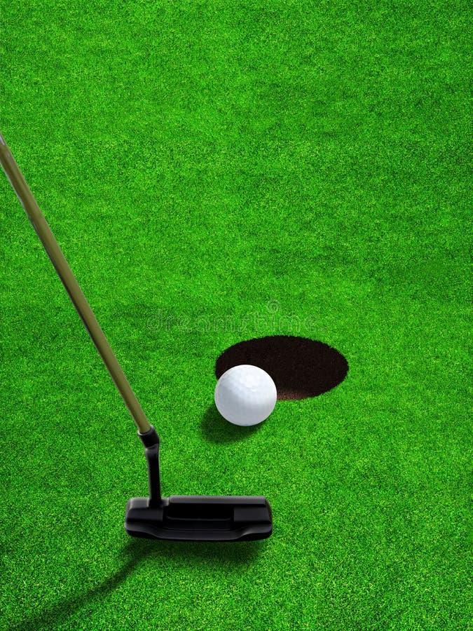 Poner la pelota de golf cerca del agujero con el espacio de la copia fotos de archivo libres de regalías