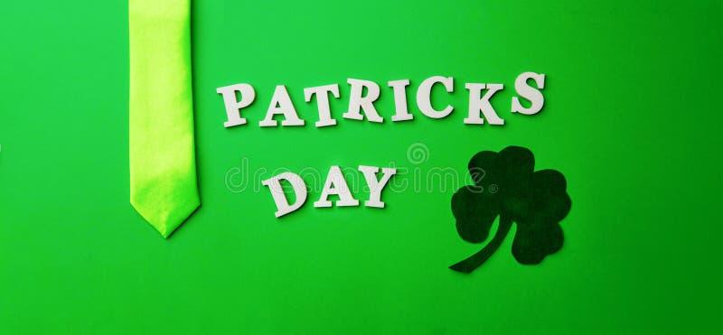 Poner letras al día de Patrick, presentado en fondo verde fotografía de archivo