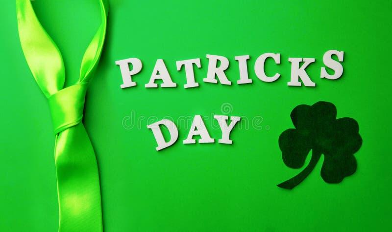Poner letras al día de Patrick, presentado en fondo verde imagen de archivo