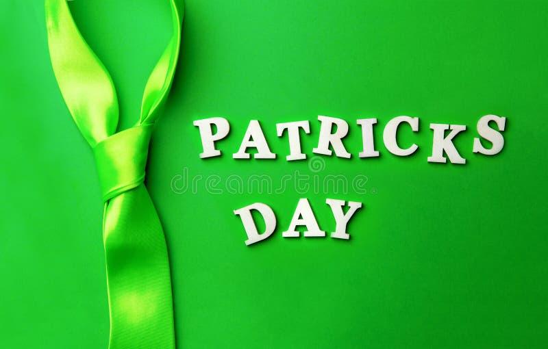 Poner letras al día de Patrick, presentado en fondo verde fotografía de archivo libre de regalías