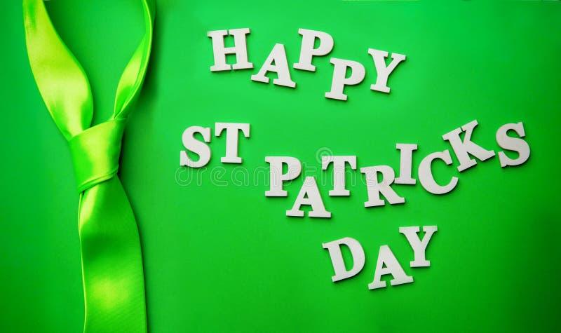Poner letras al día de St Patrick feliz, presentado en fondo verde imagenes de archivo