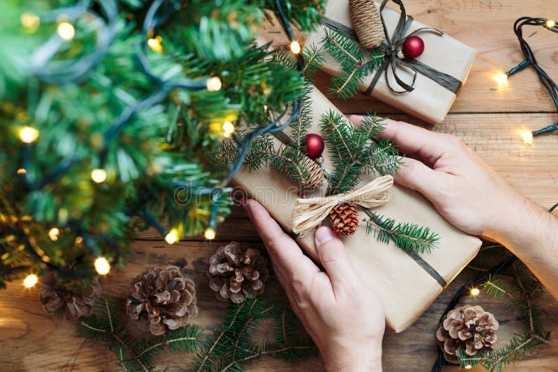 Poner regalos de Navidad debajo de un árbol fotografía de archivo