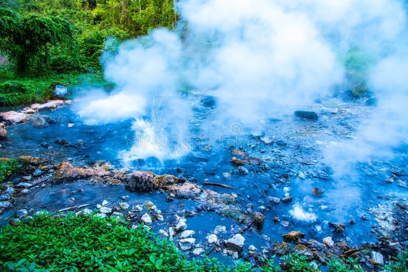 Pong Dueat hot spring in Huai Nam Dang Nationaal Park stock foto's