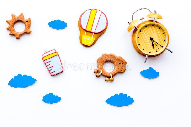 Ponga al bebé para acostar concepto Los juguetes y charlas, accesorios del bebé, despertador, nubes de los niños en la opinión su fotos de archivo