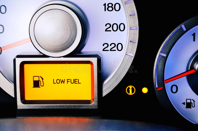Ponga en contraste el combustible del sensor de la imagen que advierte el nivel de combustible bajo fotos de archivo