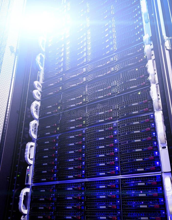 Ponga en orden el almacenamiento en discos en centro de datos con la profundidad del campo en tono fresco fotos de archivo libres de regalías