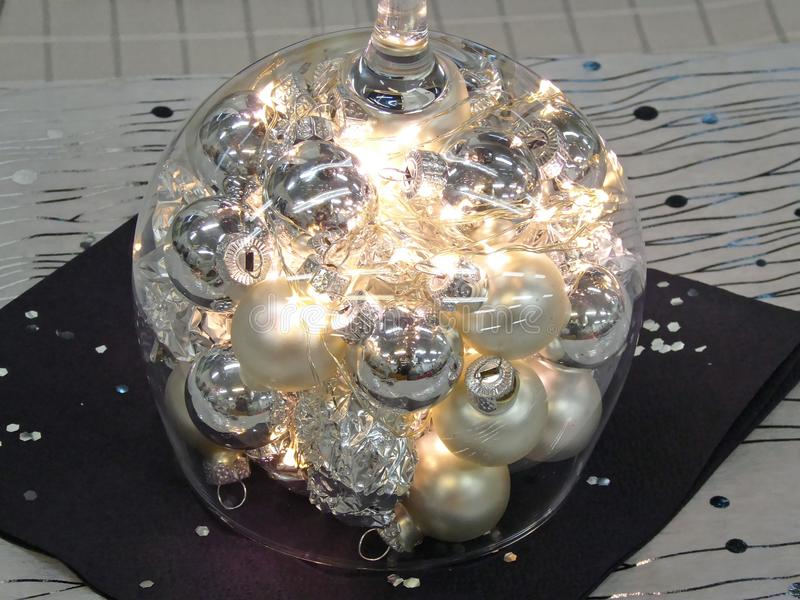 Ponga la tabla con la luz de la vela para la ocasión especial imagen de archivo