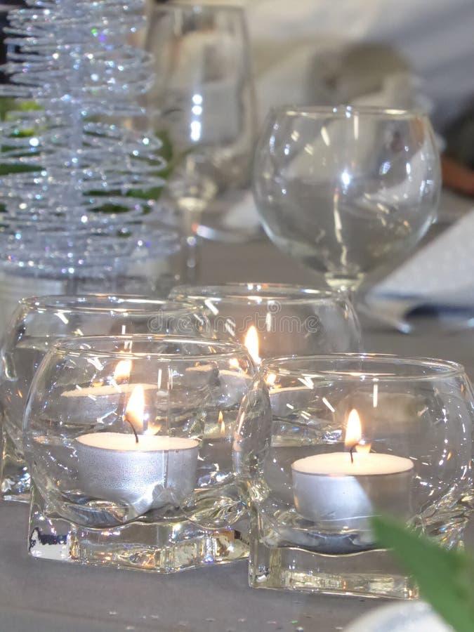 Ponga la tabla con una luz de la vela para la ocasión especial fotos de archivo