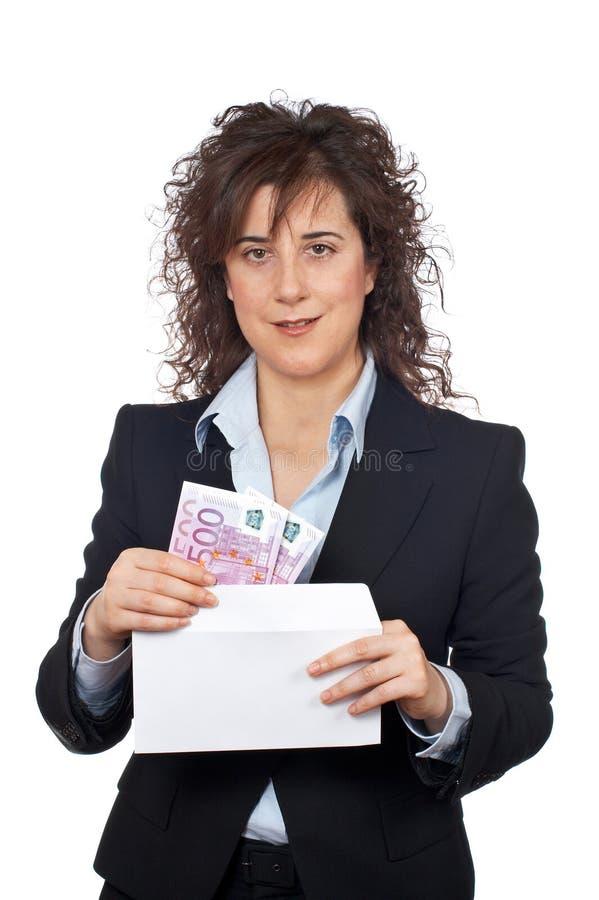 Ponga las cuentas de los euros en el sobre imagenes de archivo