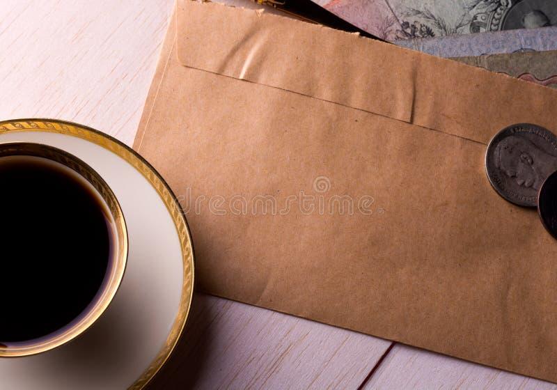 Ponga letras y una taza de café en la tabla imágenes de archivo libres de regalías