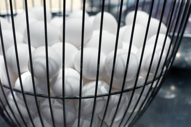 Ponga todos los huevos en un ejemplo de la cesta, cocinando la comida en la cocina, preparando los huevos para Pascua, tienda muc imagen de archivo libre de regalías