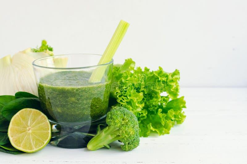 Ponga verde el jugo vegetal imagen de archivo libre de regalías
