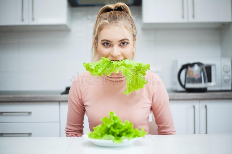 Ponga verde la dieta Mujer hermosa joven que come la comida sana - ensalada fotografía de archivo