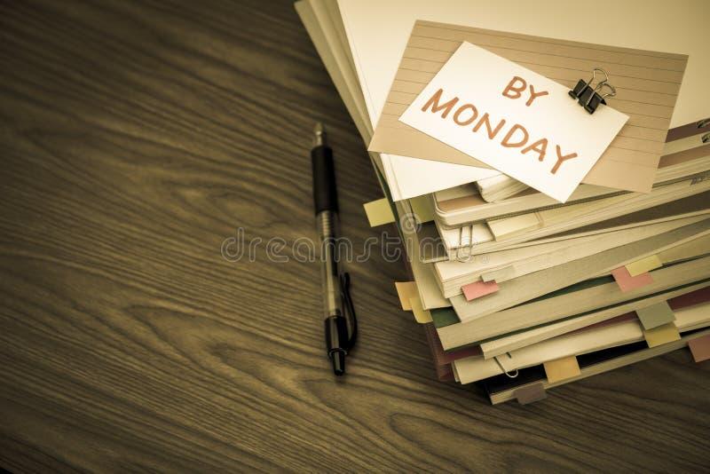 Poniedziałkiem; Stos Biznesowi dokumenty na biurku fotografia stock