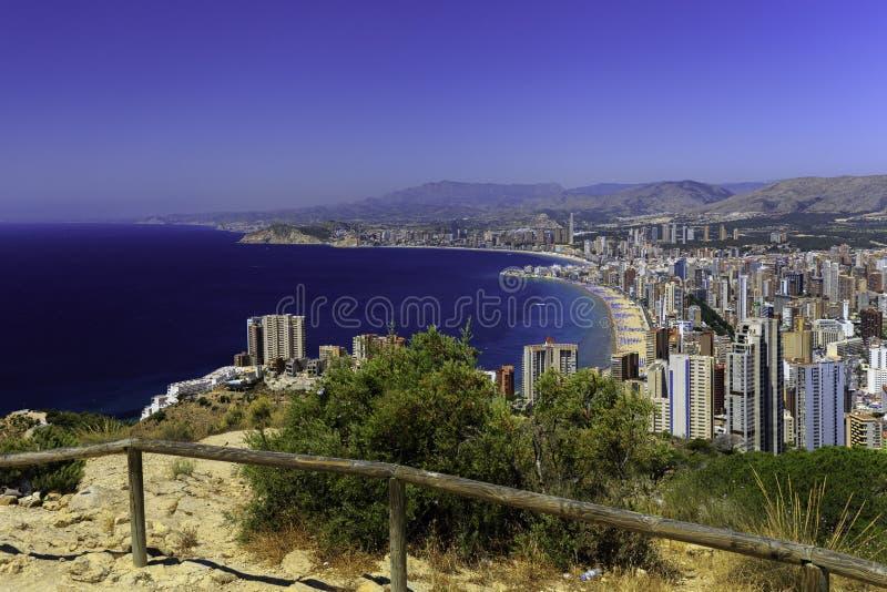 Poniente-Strand mit Wolkenkratzern und Bergen, Benidorm Spanien lizenzfreie stockfotos
