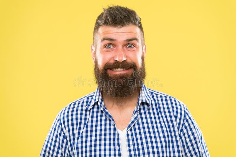 Ponieważ everyone zasługuje ono uśmiechać się Szczęśliwy mężczyzna na żółtym tle brodaty ja target152_0_ m??czyzna Kaukaski mężcz zdjęcie royalty free
