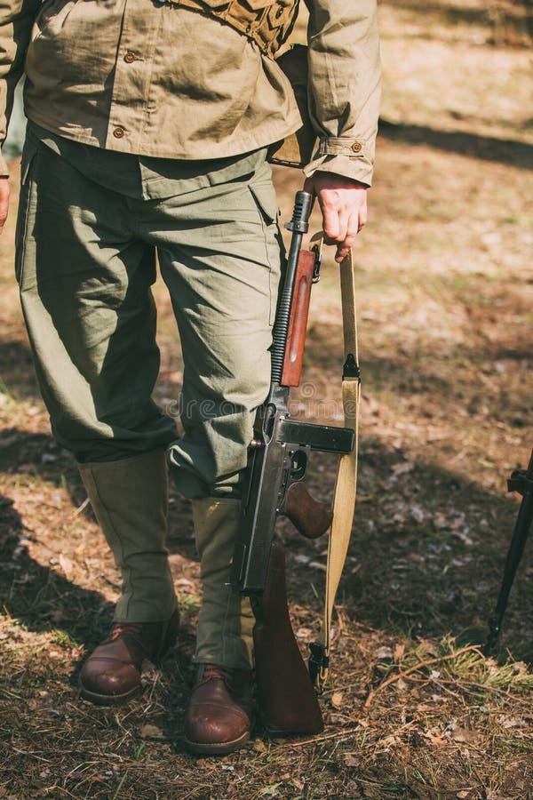 Ponowny Ubierający Jako żołnierz Usa piechota druga wojna światowa chwyty obraz stock