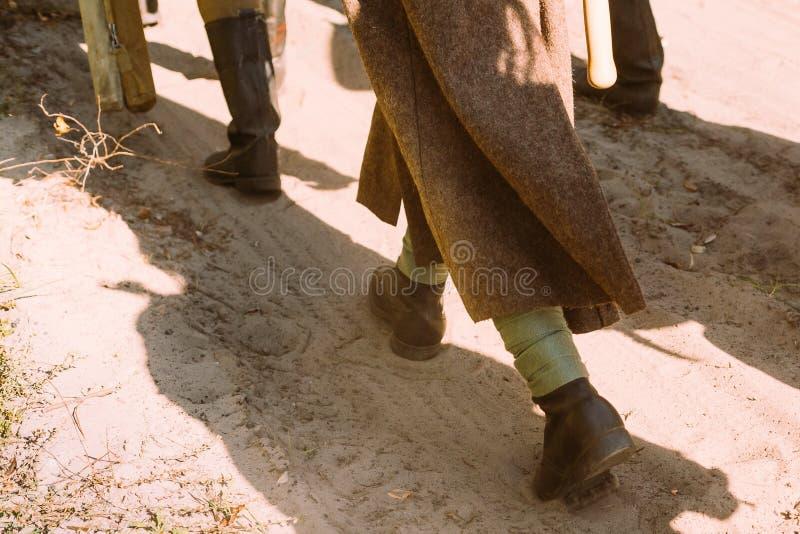 Ponowny Ubierający Jako drugiej wojny światowej Czerwonego wojska Rosyjscy Radzieccy żołnierze Iść Wzdłuż drogi Żołnier zdjęcia stock