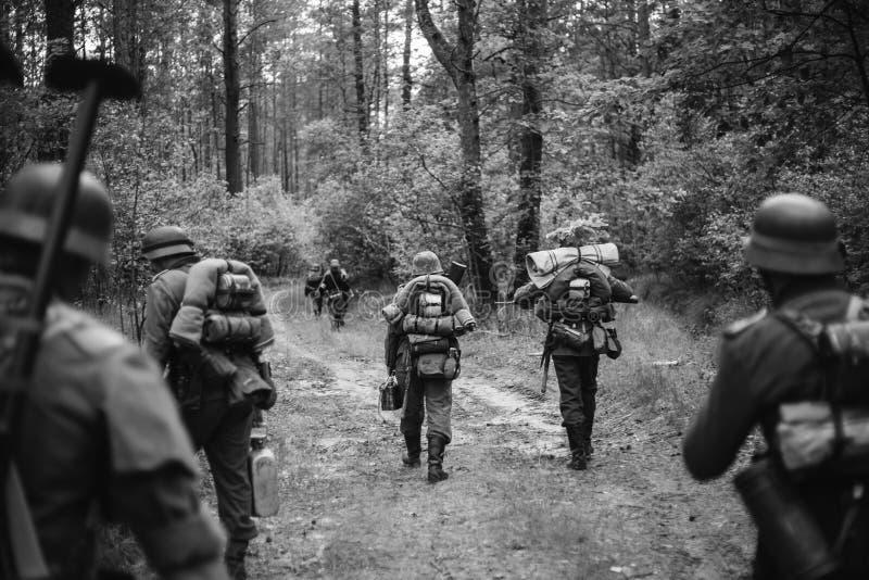 Ponowny Ubierający Jako Niemieccy piechota żołnierze W drugiej wojnie światowej obraz stock