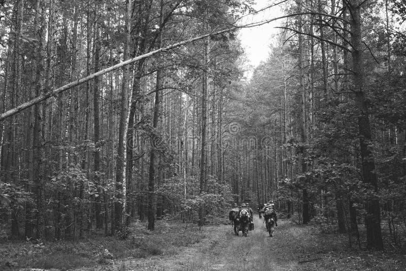 Ponowny Ubierający Jako Niemieccy piechota żołnierze W drugiej wojnie światowej zdjęcie stock