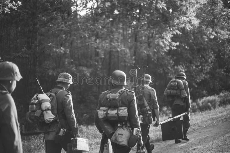 Ponowny Ubierający Jako Niemieccy piechota żołnierze W drugiej wojnie światowej fotografia royalty free