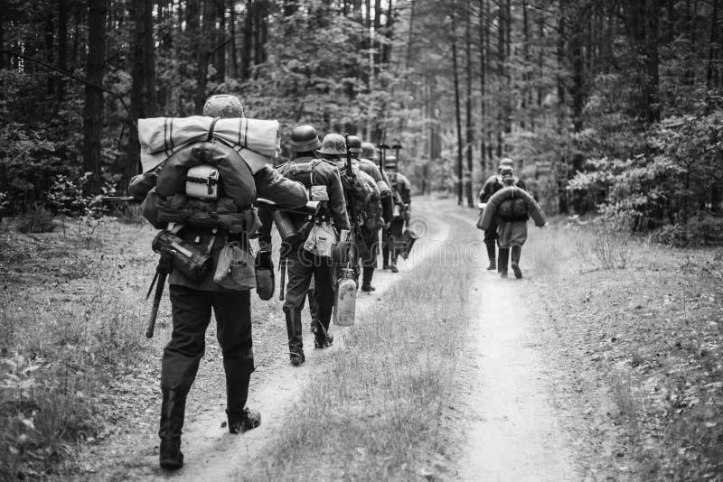 Ponowny Ubierający Jako Niemieccy piechota żołnierze W drugiej wojnie światowej fotografia stock